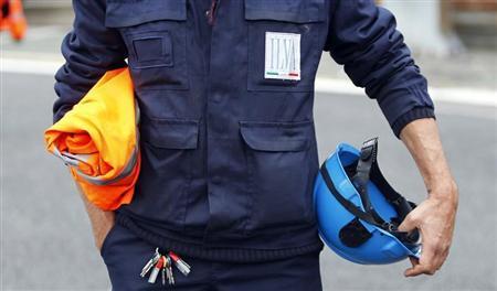 Un operaio dell'Ilva di Taranto in divisa da lavoro. REUTERS/Alessandro Garofalo